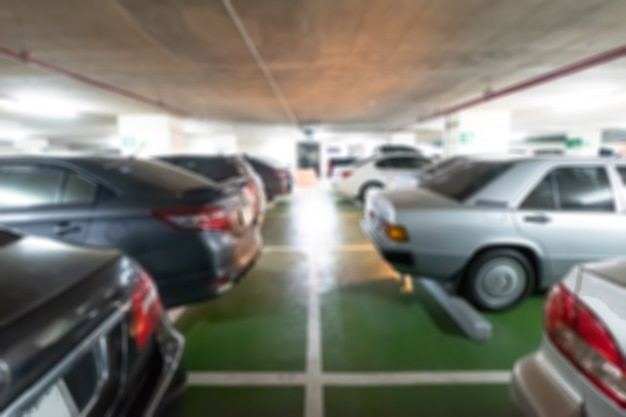 Autoparkplatz, abstraktes unschärfeparken im einkaufszentrum.