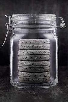 Autoreifen in einem glasbehälter