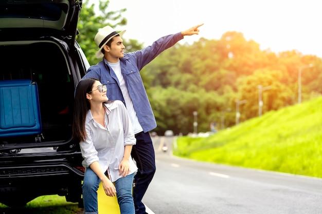 Autoreise auf sommer, gruppe männliche und weibliche freunde, die das reisen mit dem auto genießen