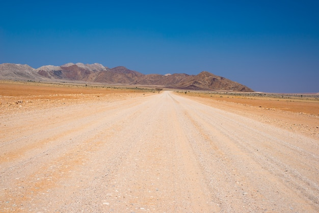 Autoreise in der namib-wüste, nationalpark namib naukluft, reiseziel in namibia. reiseabenteuer in afrika.