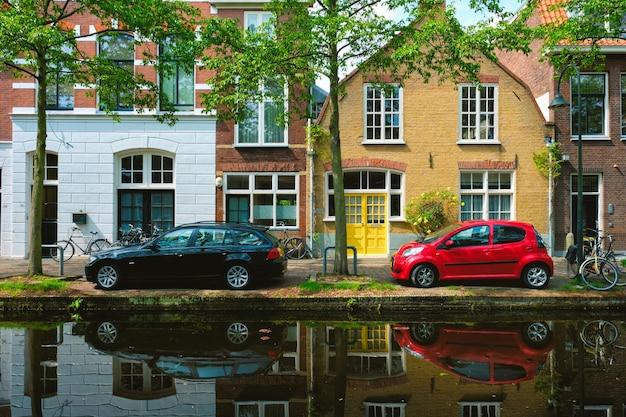 Autos am kanaldamm in der straße von delft delft niederlande
