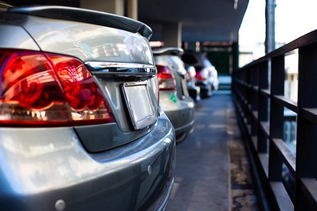 Autos auf dem parkplatz in der reihe