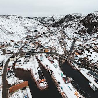 Autos auf der straße nahe schneebedecktem berg während des tages