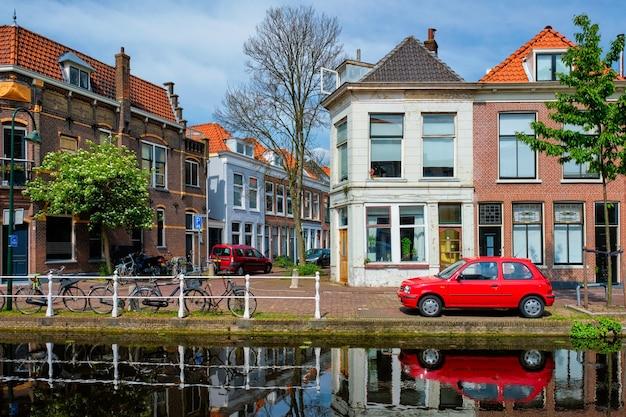 Autos auf kanalböschung in der straße von delft delft niederlande