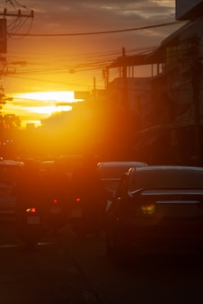 Autos auf straße auf sonnenuntergangabendnacht in der beschäftigten stadt