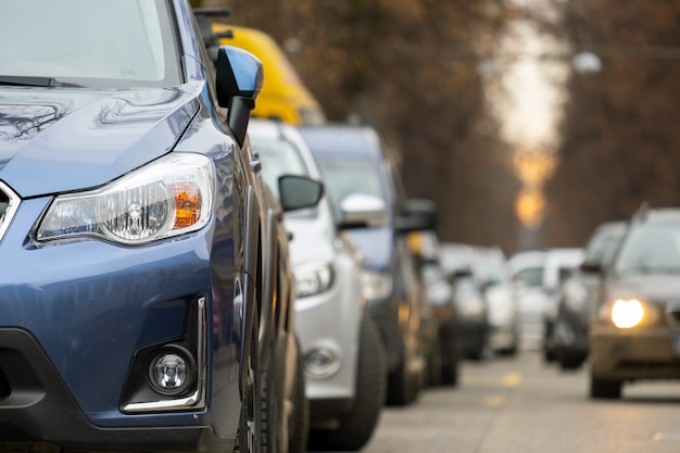 Autos, die in einer reihe auf einer straßenseite der stadt geparkt sind.