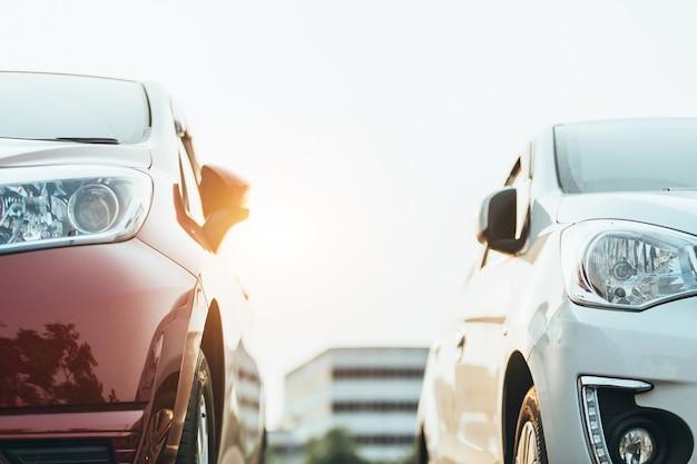 Autos geparkt auf dem parkplatz, nahaufnahme. autos zum verkauf lager lot row. autohändler-inventar.