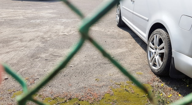 Autos hinter einem maschenzaun. sicherheit, bewachter parkplatz, geldstrafe, festnahmekonzept.