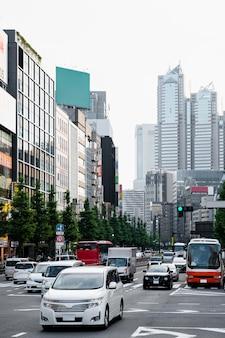 Autos im stadtverkehr bei tageslicht