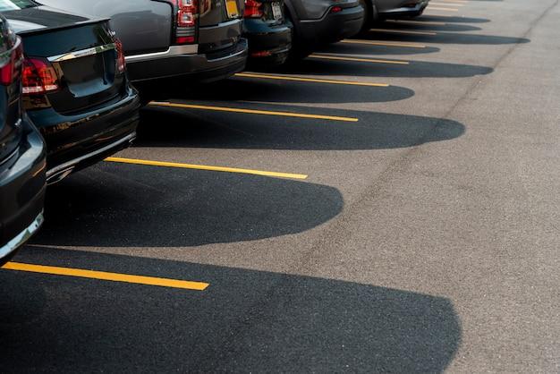Autos in der seitenansicht des parkplatzes
