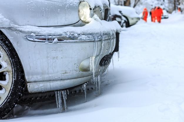 Autos mit schnee bedeckt