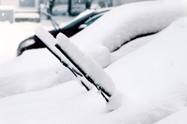 Autos nach einem schneefall. scheibenwischer hochgefahren.