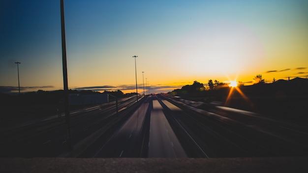 Autos pendeln am frühen morgen in toronto