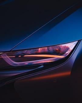 Autoscheinwerfer, gebäude, die sich im scheinwerfer eines autos spiegeln