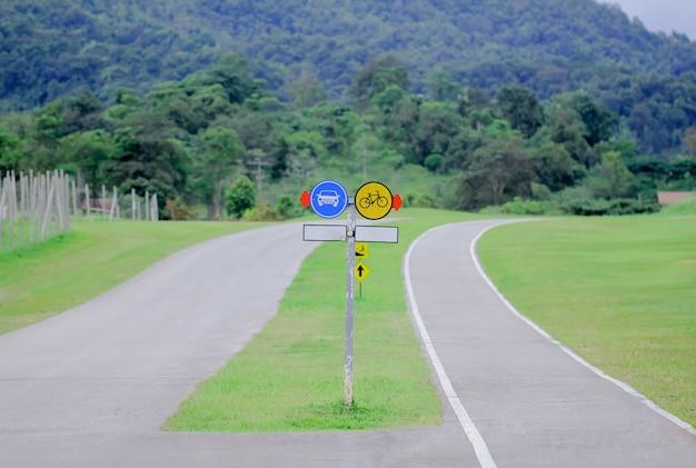 Autoschild mit radweg