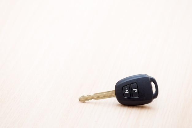 Autoschlüssel auf dem tisch