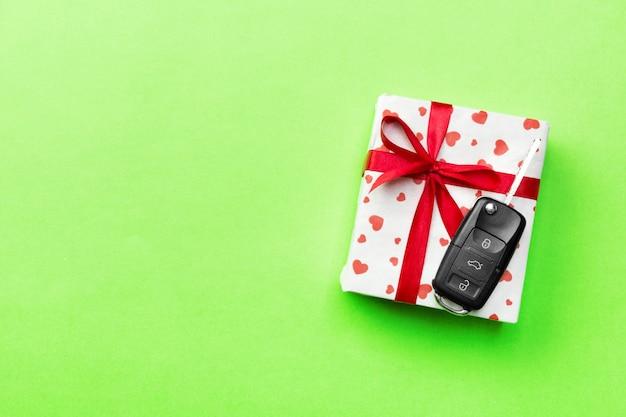 Autoschlüssel auf geschenk mit band auf grün