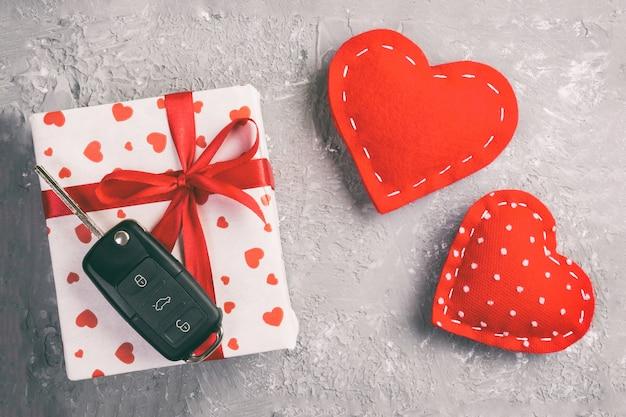Autoschlüssel auf geschenkbox mit herzen geschenkpapier und textilherzen