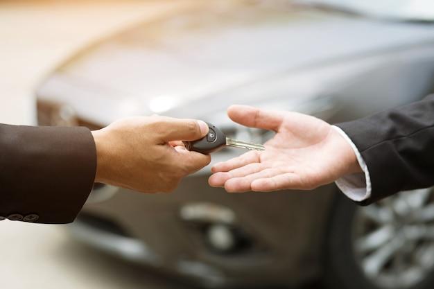 Autoschlüssel, geschäftsmann übergeben gibt den autoschlüssel