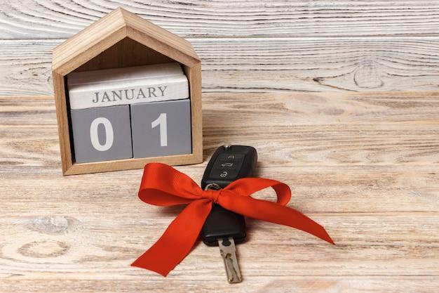 Autoschlüssel mit buntem bogen und kalender