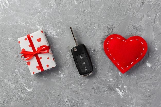 Autoschlüssel mit verpacktem geschenk und textil