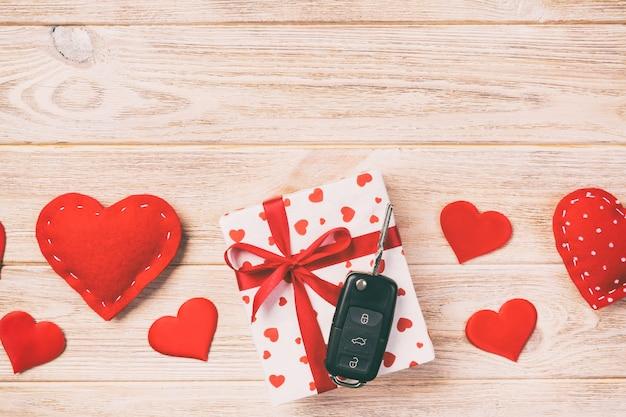 Autoschlüssel, schönes eingewickeltes geschenk mit band und herzen