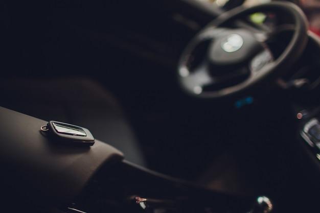 Autoschlüssel übergeben. beschnittene nahaufnahme autohändler hält autoschlüssel copyspace autohaus salon manager verkäufer verkauf kauf kauf eigentümer beruf kauf fahrzeugkonzept
