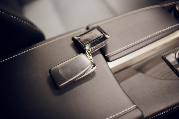 Autoschlüssel übergeben. beschnittene nahaufnahme autohändler hält autoschlüssel kamera copyspace autohaus salon manager verkäufer verkauf kauf kauf eigentümer beruf kauf fahrzeugkonzept