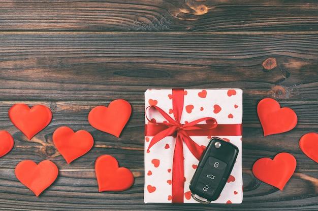 Autoschlüssel, verpackte geschenke mit schleife und textilherzen
