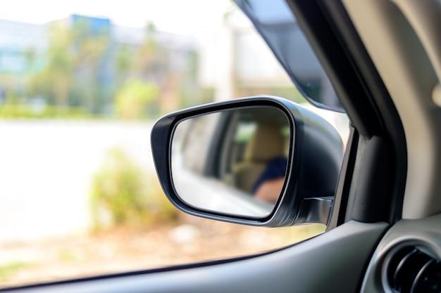 Autoseitenspiegelfenster mit weichzeichnung im hintergrund. über licht
