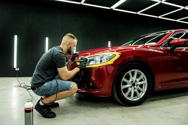 Autoservice-arbeiter, der auto poliert