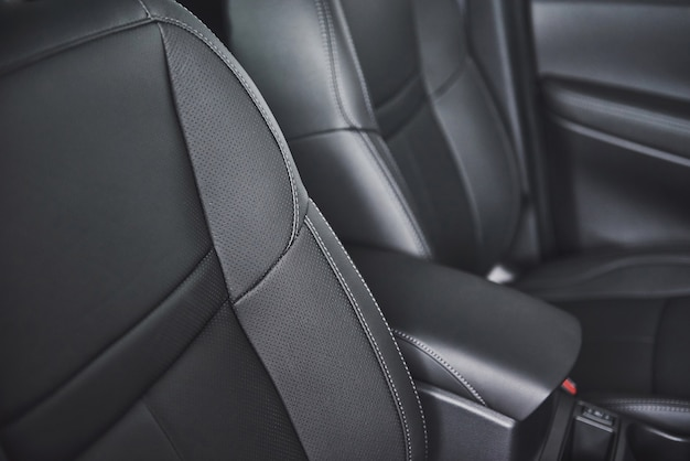 Autositz in modernem luxus-komfortauto mit schwarz perforiertem leder.