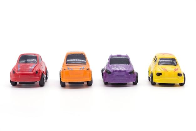 Autospielzeug auf weißem hintergrund.