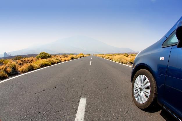 Autostraßenperspektive, die auf teneriffa zur unendlichkeit verschwindet