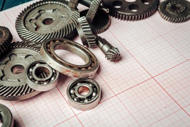 Autoteile auf millimeterpapierabschluß oben. engineering-konzept