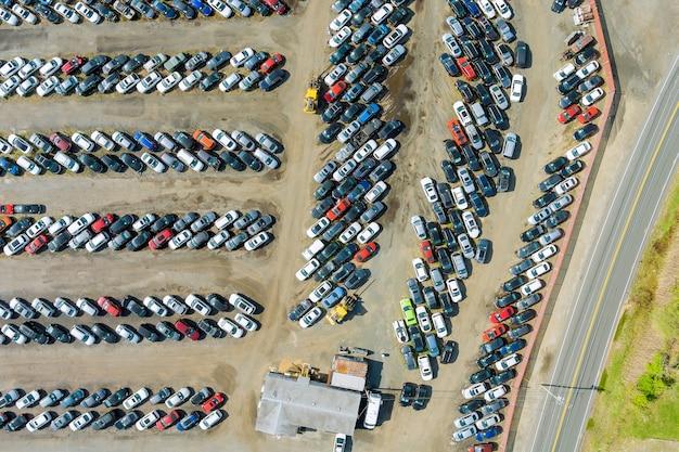 Autoterminal geparkt auf gebrauchtwagenauktionsplatz auf verteiltem parkplatz