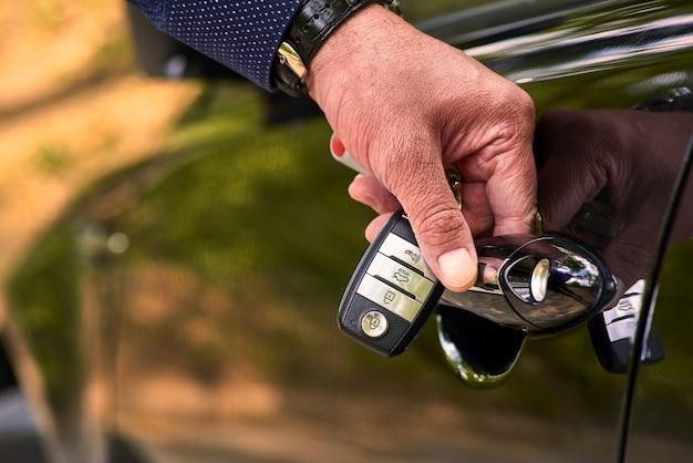 Autotür mit schlüssellosem system. verwenden sie tapeten oder wände, um fahrzeuge und autos oder fahrzeugbilder zu transportieren