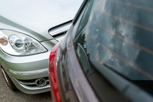 Autounfall auf der straße, beschädigte autos nach kollision in der stadt