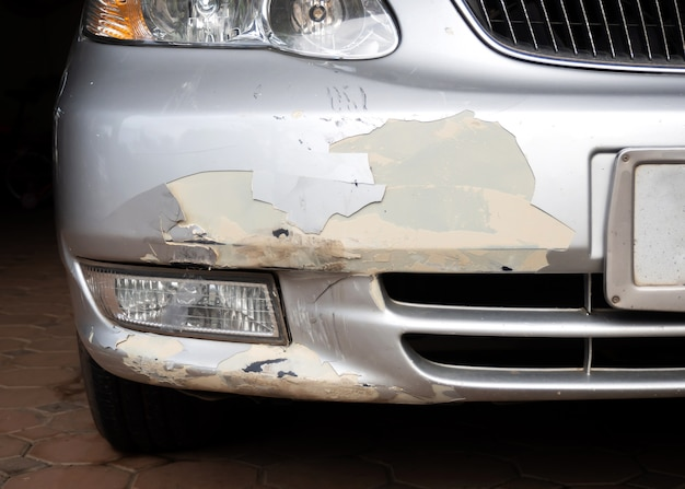 Autounfall. farbe der stoßstange peeling.