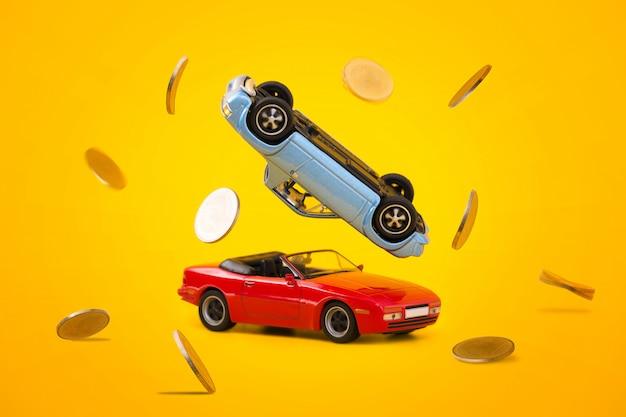 Autounfall mit goldener münzenspritzenszene