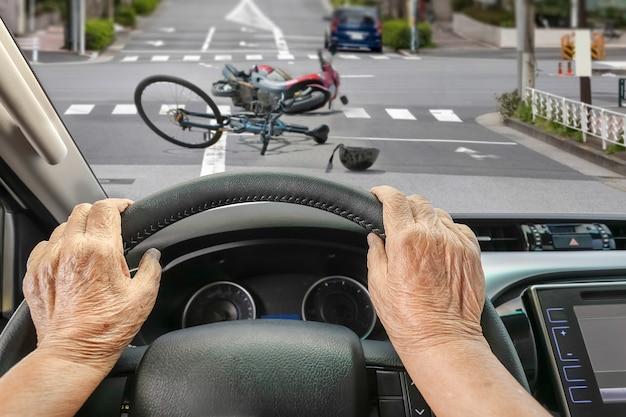 Autounfall mit seniorenfahrer in der stadt