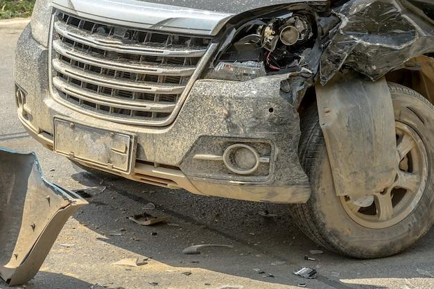 Autounfall vom autounfall auf der landstraße zwischen limousine und aufnahme warten versicherung.