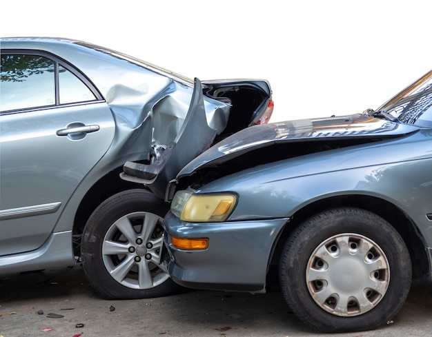 Autounfallunfall auf straße mit wrack und beschädigten automobilen.