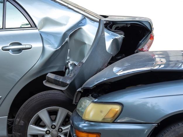 Autounfallunfall auf straße mit wrack und beschädigten autos.