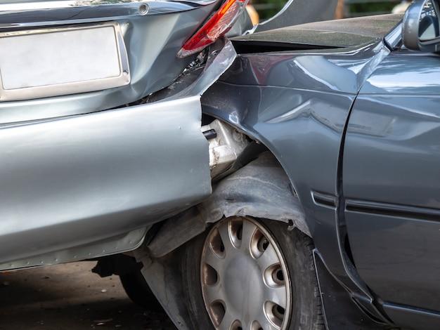 Autounfallunfall auf straße mit wrack
