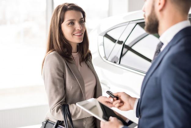 Autoverkäufer, der mit dem kunden arbeitet