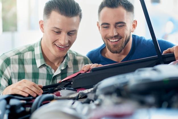 Autoverkäufer helfen kunden im autohaus.