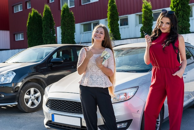 'autovermietung'-deal zwischen zwei schönen frauen