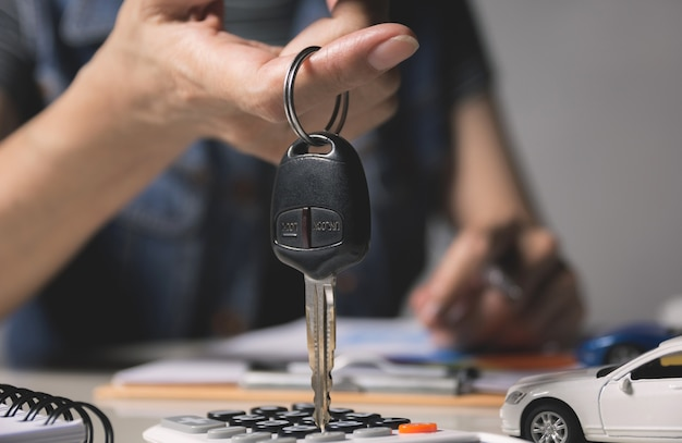 Autoversicherung und autoservice. geschäftsfrau- und spielzeugauto, geschäft und finanzkonzept.