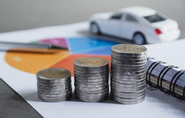 Autoversicherung und autoservice mit münzenstapel.